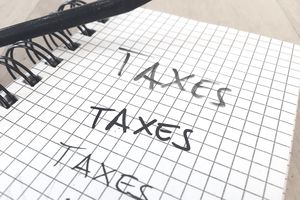 """Taxes"" written on a legal pad."