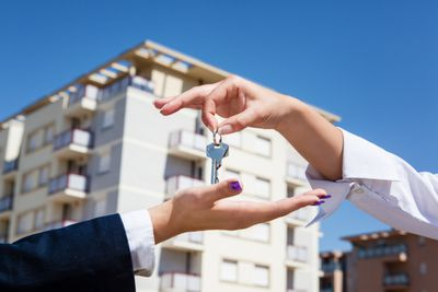 Florida landlord giving keys to renter after having disclosed information about the property.