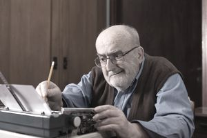 Old guy using a typoewriter