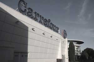 Exterior of a Carrefour location.