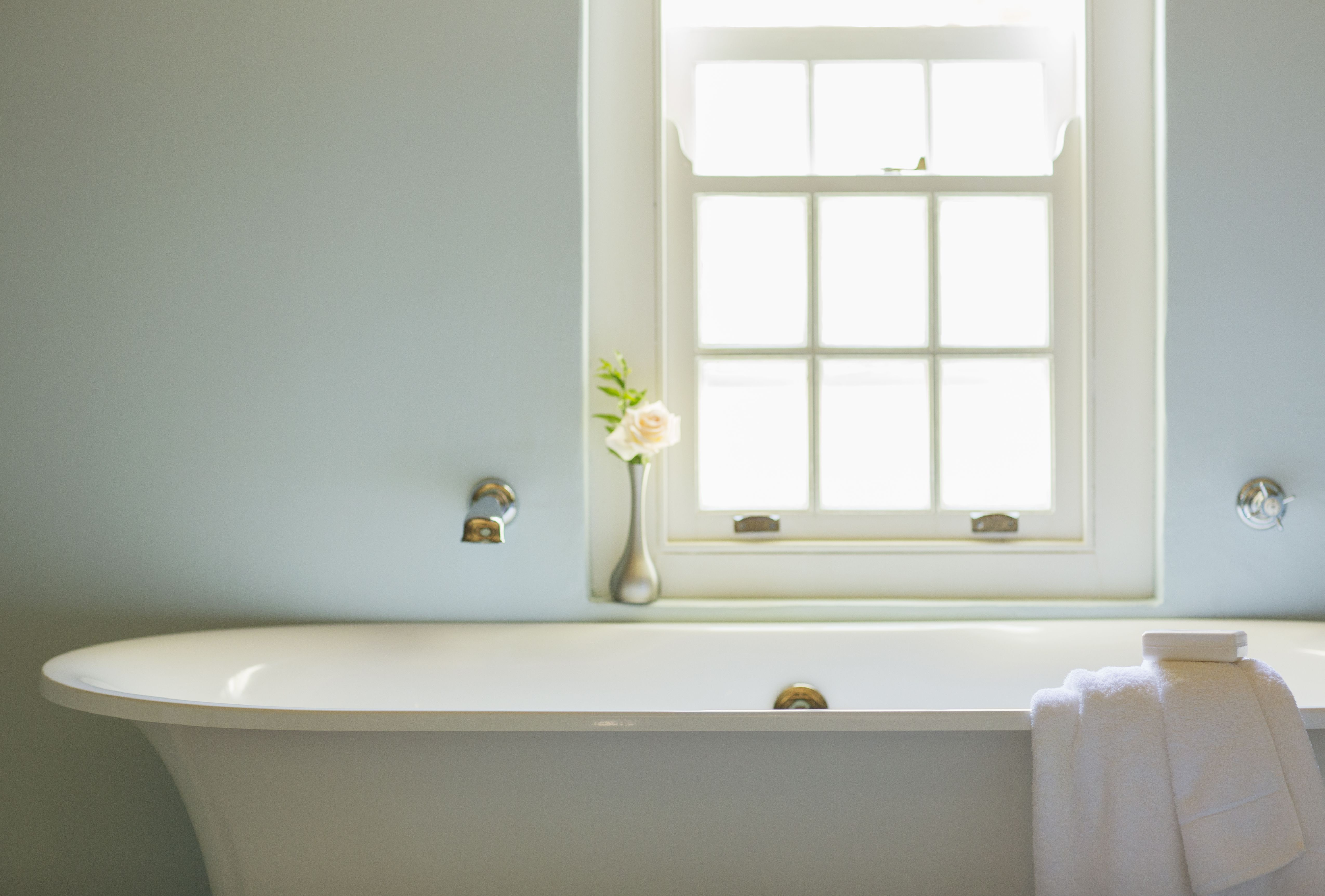 How to Choose the Best Bathtub: Fiberglass vs. Cast Iron