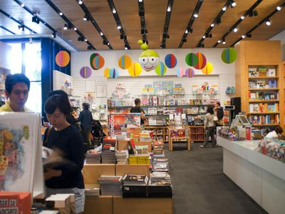 An example of earned income for a nonprofi is the San Francisco Museum of Modern Art gift shop.