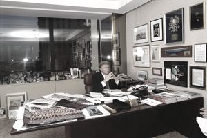 American businessman Donald Trump in his office in Trump Tower, Fifth Avenue, New York, 1999. (Photo by Michael Brennan/Getty Images)