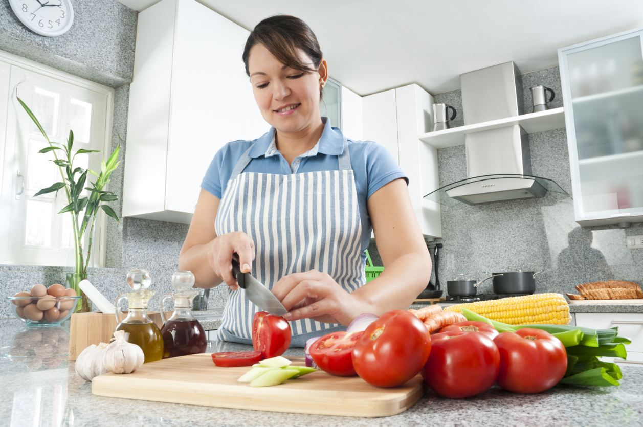 A Personal Chef cutting tomatoes